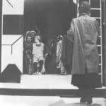 Achille Perilli, Gruppo Altro. Altro/Merz.1973. Auguste Bolt si avvicina ad uno dei gruppi di attori non sapendo dove andare. Pubblicata in 'altro. Dieci anni di lavoro intercodice', edizioni Kappa, 1981