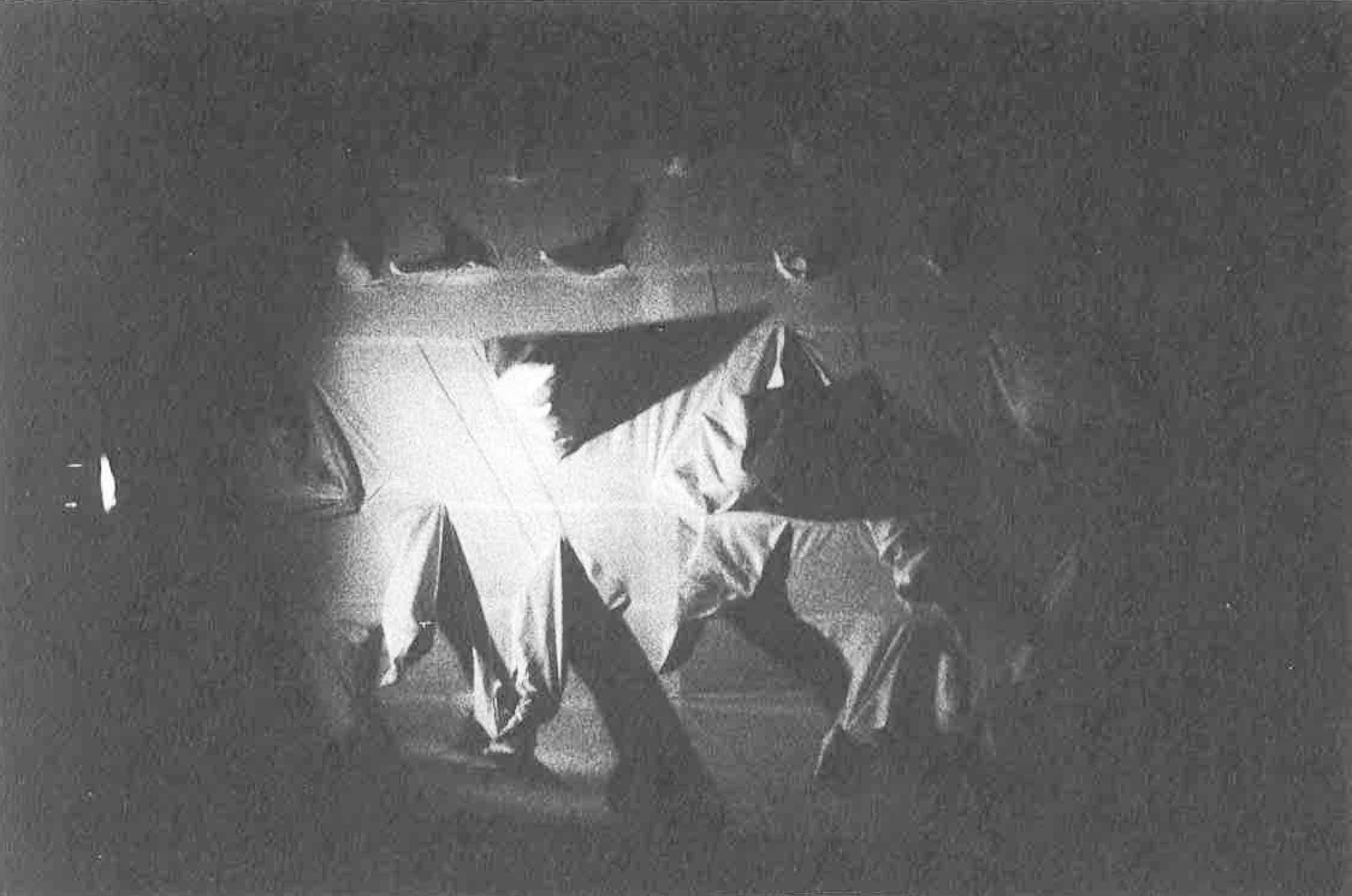 Achille Perilli, Gruppo Altro. Altro/ICS. 1977. I performer indossano la parete costume. Pubblicato in 'Altro. Dieci anni di lavoro intercodice', edizioni Kappa, 1981.