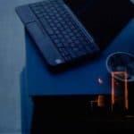 Città di Ebla.The dead. 2012. Primo piano di particolare di computer e posacenere. sullo sfondo valentina bravetti allo specchio. © foto di Laura Arlotti.