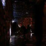 Città di Ebla. Wunderkammer. 2006. Spazio con immagini riprodotte e mummie che le illuminano. © foto di Laura Arlotti.