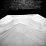 Città di Ebla. Pharmakos V. 2008. Tavolo anatomico coperto con lavagna sullo sfondo.© foto di Gianluca