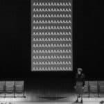 Lingua Imperii. Anagoor. 2013. Ll'attrice-madre vicino allo schermo delle A che rammentano le ossessioni post Dachau ddi Gastone Novelli. Foto di ©Andrea Macchia