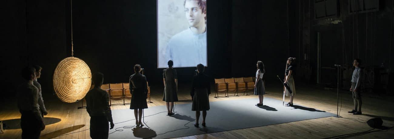 Lingua Imperii. Anagoor. 2013. Vista laterale d'insieme con tutti gli attori in scena. Foto di © Andrea Macchia